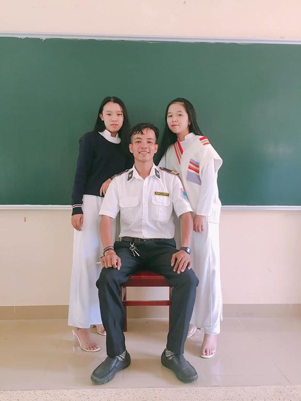 Ra chụp ảnh với học sinh cho vui, bác bảo vệ bỗng chiếm spotlight vì quá đẹp trai và manly - Ảnh 12.