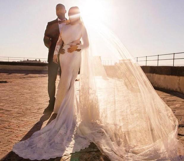 Kim Kardashian cùng chồng đi hẹn hò kỷ niệm 5 năm ngày cưới nhưng vòng eo con kiến của cô mới là tâm điểm chú ý - Ảnh 5.