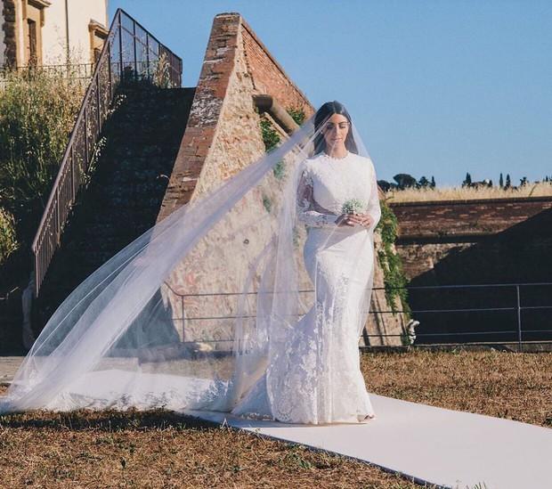 Kim Kardashian cùng chồng đi hẹn hò kỷ niệm 5 năm ngày cưới nhưng vòng eo con kiến của cô mới là tâm điểm chú ý - Ảnh 4.