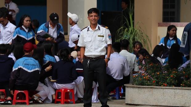 Ra chụp ảnh với học sinh cho vui, bác bảo vệ bỗng chiếm spotlight vì quá đẹp trai và manly - Ảnh 1.