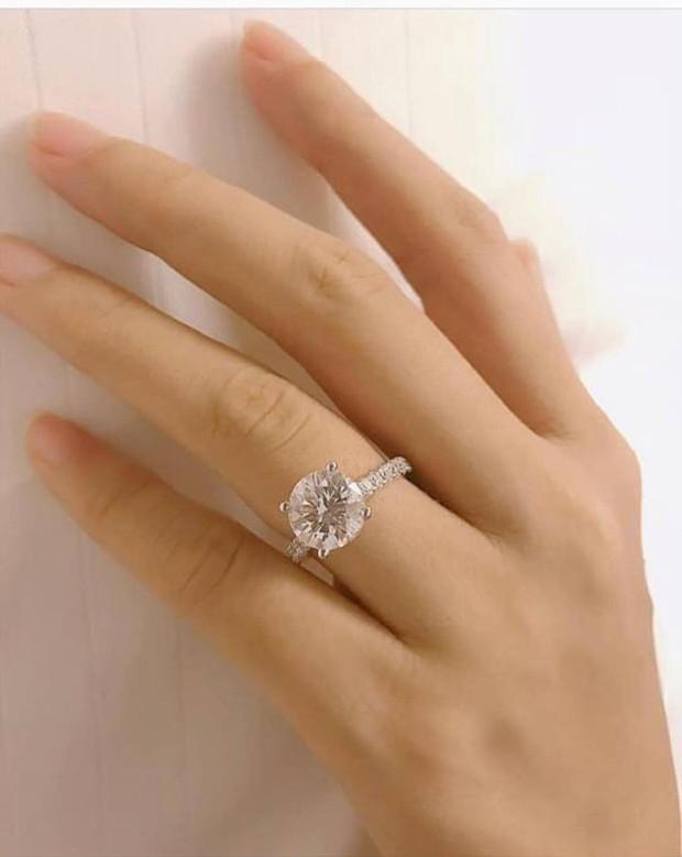 Phạm Hương tiếp tục khoe 2 nhẫn kim cương khủng, chuẩn bị làm vợ người ta? - Ảnh 2.