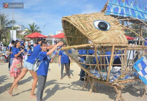 Nữ giáo viên ngoại quốc cùng sinh viên Đà Nẵng tạo nên chú cá Bống khổng lồ ăn rác thải nhựa trên bờ biển - Ảnh 1.