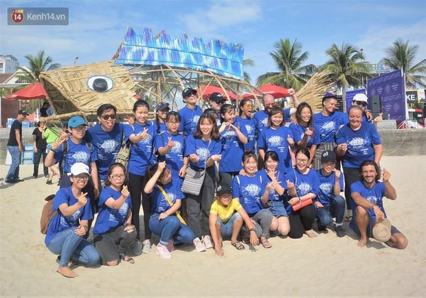 Nữ giáo viên ngoại quốc cùng sinh viên Đà Nẵng tạo nên chú cá Bống khổng lồ ăn rác thải nhựa trên bờ biển - Ảnh 6.