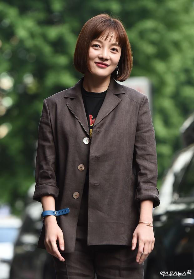 Tiệc mừng công bom tấn Vagabond: Suzy giản dị hết cỡ, xinh xắn nhưng bị nữ phụ vô danh lấn át bên dàn tài tử Hàn - Ảnh 11.
