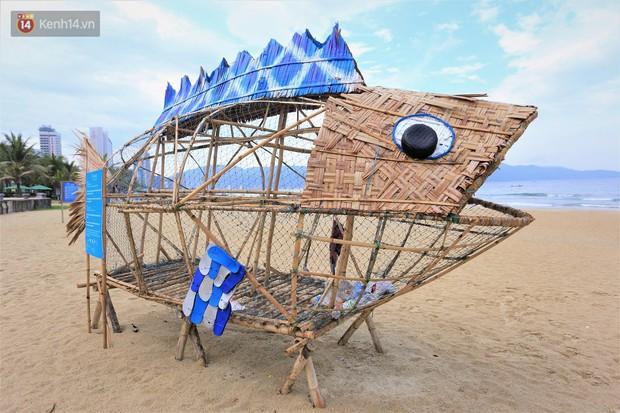 Nữ giáo viên ngoại quốc cùng sinh viên Đà Nẵng tạo nên chú cá Bống khổng lồ ăn rác thải nhựa trên bờ biển - Ảnh 2.