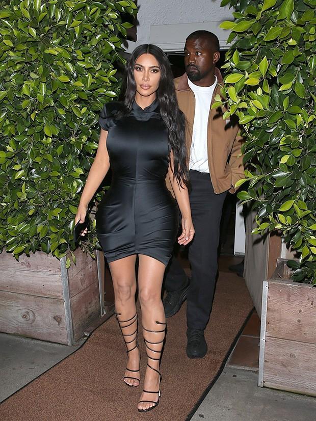 Kim Kardashian cùng chồng đi hẹn hò kỷ niệm 5 năm ngày cưới nhưng vòng eo con kiến của cô mới là tâm điểm chú ý - Ảnh 1.