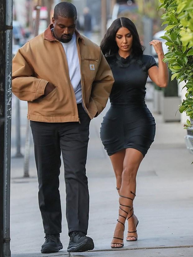 Kim Kardashian cùng chồng đi hẹn hò kỷ niệm 5 năm ngày cưới nhưng vòng eo con kiến của cô mới là tâm điểm chú ý - Ảnh 2.