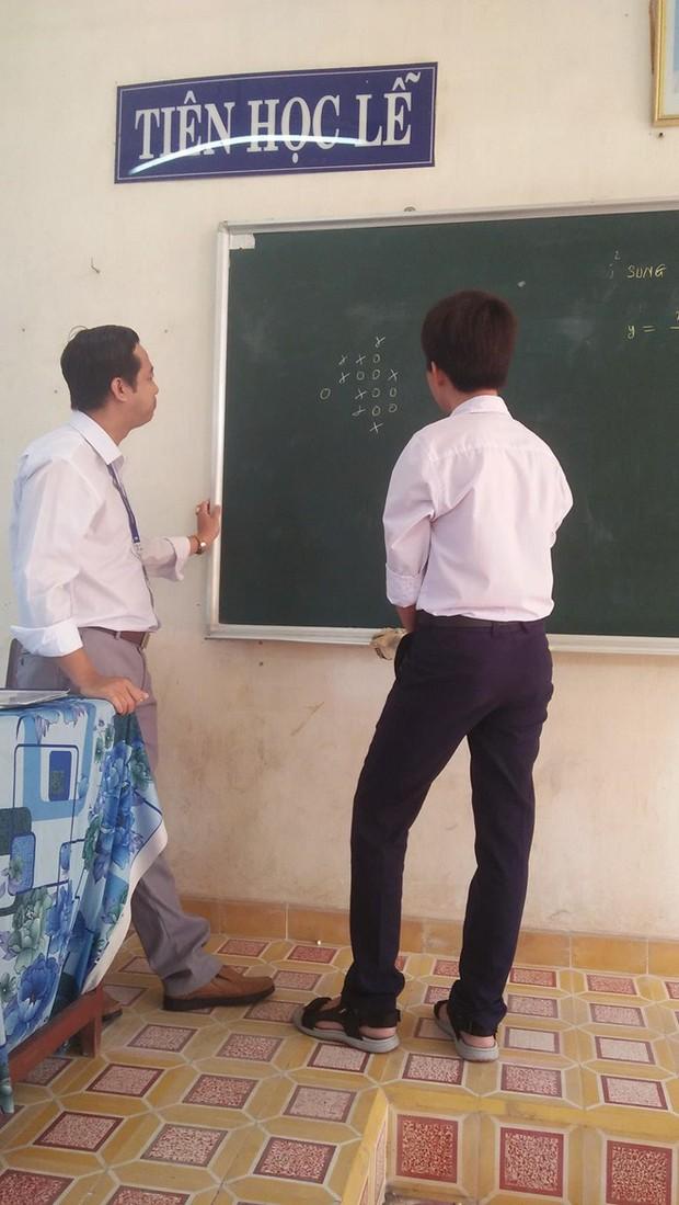 Dân mạng thích thú cảnh thầy trò tỉ thí cờ caro trên lớp, thắng sẽ được cộng 1 điểm - Ảnh 2.