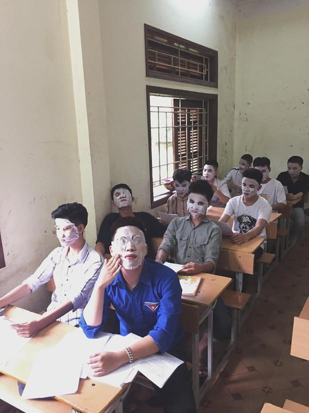 Giải đề quá căng thẳng, các nam sinh lớp học này đắp mặt nạ để xả stress - Ảnh 1.