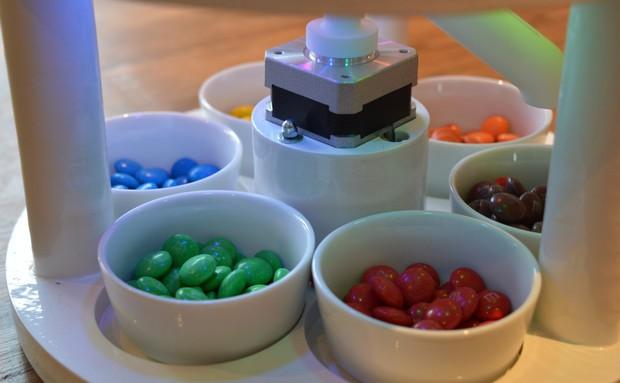 Quá rảnh, anh sinh viên ngành kỹ thuật phát minh chiếc máy lựa màu kẹo M&M - Ảnh 1.