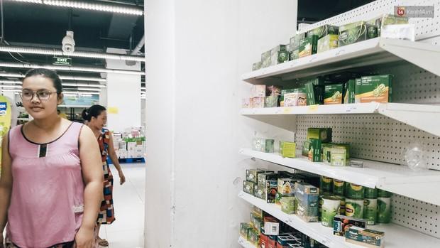 Siêu thị Auchan những ngày cuối cùng ở Việt Nam: Hàng hoá được gom lại một chỗ, không còn cảnh chen lấn - Ảnh 6.