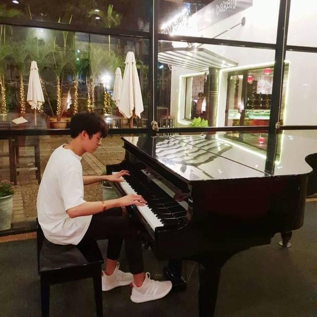 Trai đẹp qua đường va phải ống kính VTV: Là học sinh trường Wellspring Hà Nội, biết chơi piano lại còn ăn mặc siêu cool - Ảnh 5.