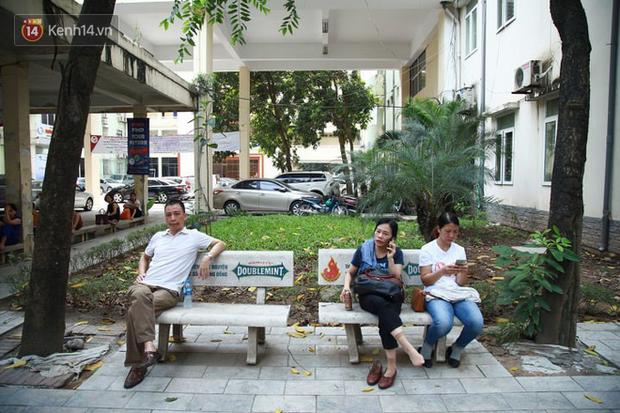 Tỷ lệ chọi vào lớp 10 chuyên ở Hà Nội là 1/15, cha mẹ đội nắng 40 độ thấp thỏm lo âu chờ con thi - Ảnh 2.