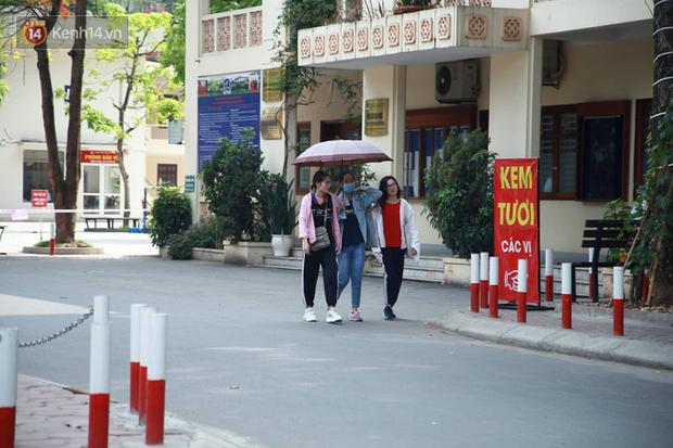 Tỷ lệ chọi vào lớp 10 chuyên ở Hà Nội là 1/15, cha mẹ đội nắng 40 độ thấp thỏm lo âu chờ con thi - Ảnh 3.