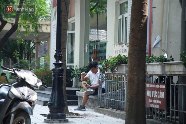 Tỷ lệ chọi vào lớp 10 chuyên ở Hà Nội là 1/15, cha mẹ đội nắng 40 độ thấp thỏm lo âu chờ con thi - Ảnh 4.