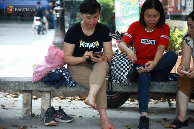 Tỷ lệ chọi vào lớp 10 chuyên ở Hà Nội là 1/15, cha mẹ đội nắng 40 độ thấp thỏm lo âu chờ con thi - Ảnh 5.