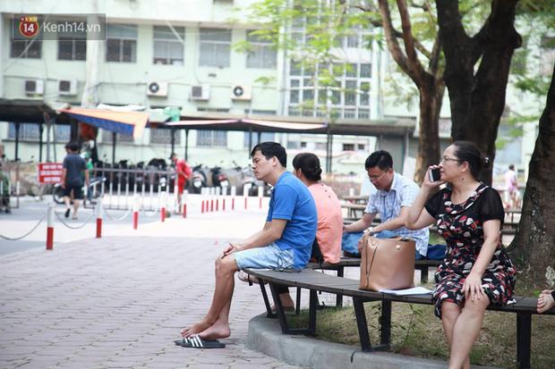 Tỷ lệ chọi vào lớp 10 chuyên ở Hà Nội là 1/15, cha mẹ đội nắng 40 độ thấp thỏm lo âu chờ con thi - Ảnh 6.