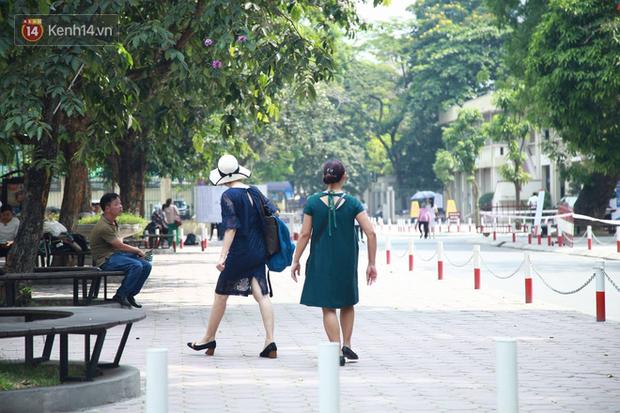 Tỷ lệ chọi vào lớp 10 chuyên ở Hà Nội là 1/15, cha mẹ đội nắng 40 độ thấp thỏm lo âu chờ con thi - Ảnh 8.
