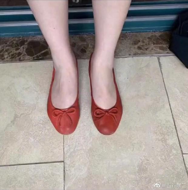 Mua giày cam đất hàng hiếm tự nhiên được khuyến mại thêm đôi tất, cô gái tội nghiệp chẳng biết vui hay buồn - Ảnh 1.
