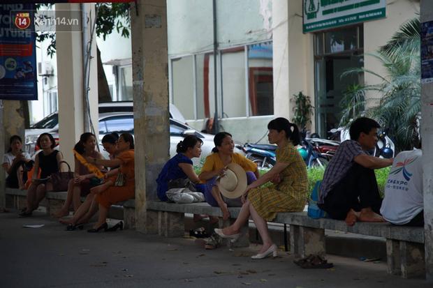Tỷ lệ chọi vào lớp 10 chuyên ở Hà Nội là 1/15, cha mẹ đội nắng 40 độ thấp thỏm lo âu chờ con thi - Ảnh 9.