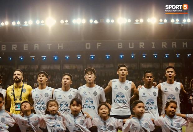 Tỷ phú Thái Lan và các đồng đội của Xuân Trường thực hiện nghi thức đặc biệt trước đại chiến với đội bóng của Văn Lâm - Ảnh 1.