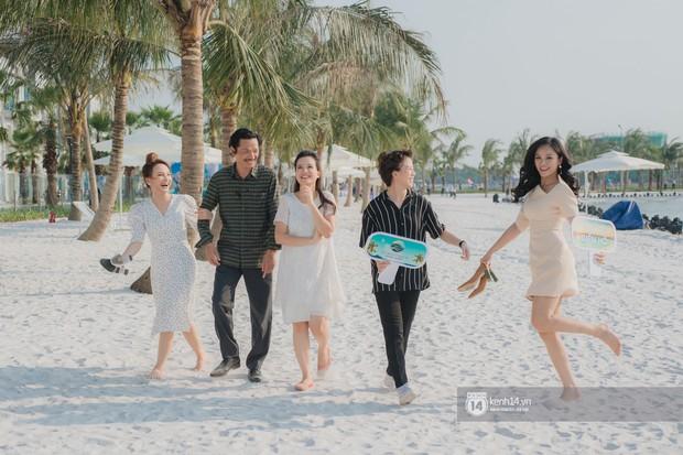 Ảnh: Lần đầu tiên người dân được tận hưởng khung cảnh biển hồ với bờ cát trắng mịn và rặng dừa xanh trải dài giữa lòng Hà Nội - Ảnh 6.