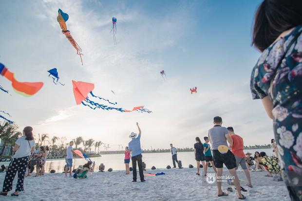 Ảnh: Lần đầu tiên người dân được tận hưởng khung cảnh biển hồ với bờ cát trắng mịn và rặng dừa xanh trải dài giữa lòng Hà Nội - Ảnh 5.