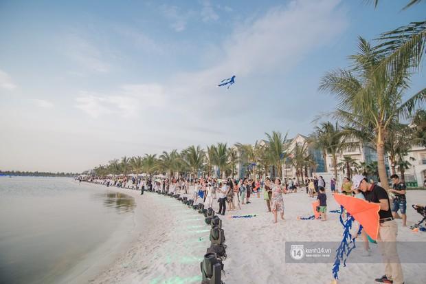 Ảnh: Lần đầu tiên người dân được tận hưởng khung cảnh biển hồ với bờ cát trắng mịn và rặng dừa xanh trải dài giữa lòng Hà Nội - Ảnh 4.