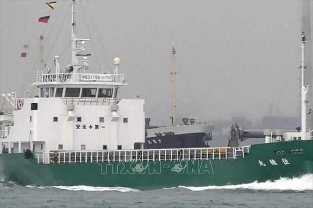 Hai tàu chở hàng đâm nhau, ít nhất 4 người rơi xuống biển mất tích  - Ảnh 1.