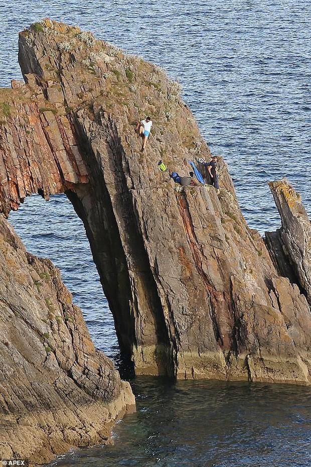 Nín thở với cảnh tượng giải cứu hai cậu bé 12 tuổi đứng cheo leo trên vách đá sát biển sâu - Ảnh 1.