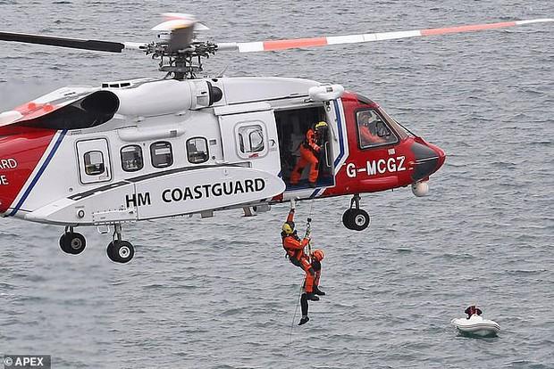 Nín thở với cảnh tượng giải cứu hai cậu bé 12 tuổi đứng cheo leo trên vách đá sát biển sâu - Ảnh 2.