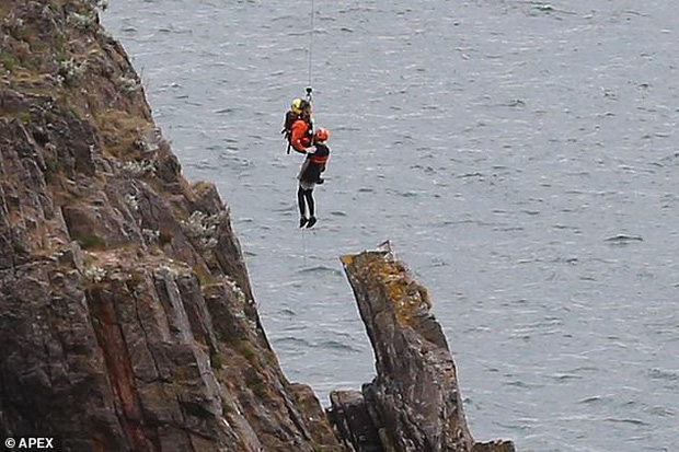 Nín thở với cảnh tượng giải cứu hai cậu bé 12 tuổi đứng cheo leo trên vách đá sát biển sâu - Ảnh 3.