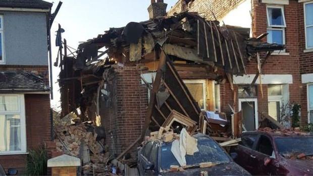 Bị tòa bắt giao nhà cho vợ cũ, người đàn ông phẫn uất cho nổ sập nhà gần 18 tỷ đồng rồi phải vào tù ở - Ảnh 2.