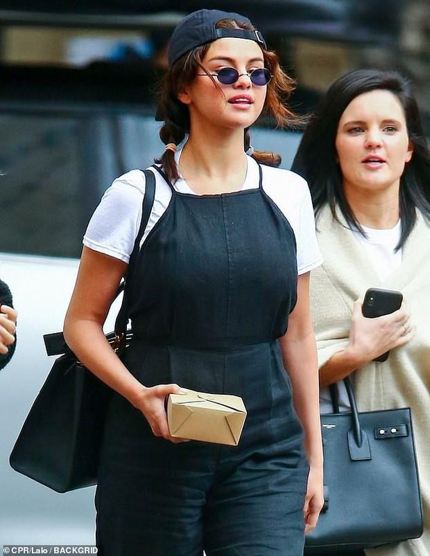 Selena Gomez diện đồ xì tin cưa sừng làm nghé, ai ngờ vòng 1 khủng quá lấn át tất cả - Ảnh 3.