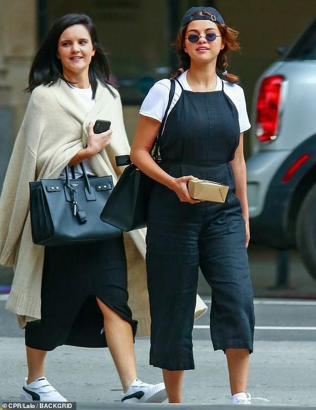 Selena Gomez diện đồ xì tin cưa sừng làm nghé, ai ngờ vòng 1 khủng quá lấn át tất cả - Ảnh 4.