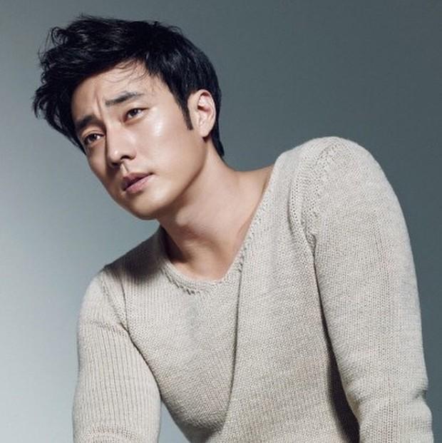 Trước khi yêu Song Joong Ki, Kim Ji Won dính thính cực mạnh từ 5 nam thần màn ảnh này: Số 6 còn bị đồn hẹn hò! - Ảnh 16.