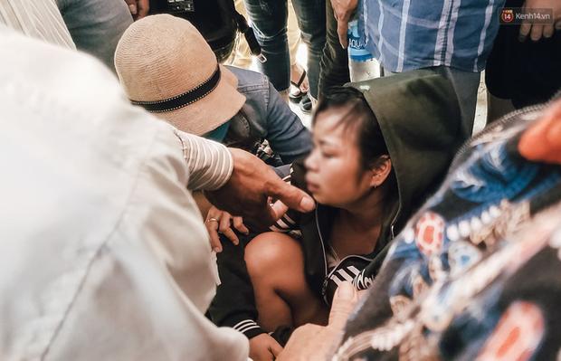 Thảm án hai vợ chồng và con gái 4 tuổi tử vong ở Bình Dương: Người thân bủn rủn tay chân, khóc nghẹn khi đến nhận thi thể - Ảnh 5.