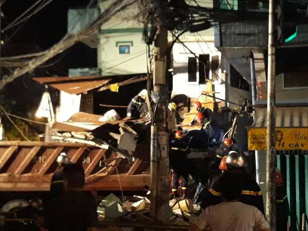 Kinh hoàng xe ben lao dốc cầu đâm sập nhà dân ở Sài Gòn - Ảnh 3.