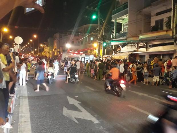 Kinh hoàng xe ben lao dốc cầu đâm sập nhà dân ở Sài Gòn - Ảnh 1.