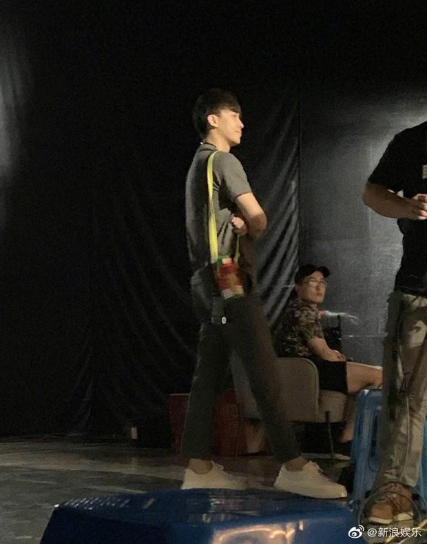 Ngọt ngào như Trương Hằng: Mang nước ấm tới tận phim trường chăm sóc, ngồi xa lặng lẽ ngắm nhìn bạn gái Trịnh Sảng - Ảnh 5.
