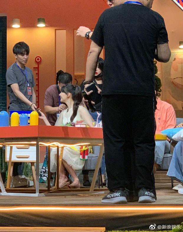 Ngọt ngào như Trương Hằng: Mang nước ấm tới tận phim trường chăm sóc, ngồi xa lặng lẽ ngắm nhìn bạn gái Trịnh Sảng - Ảnh 2.