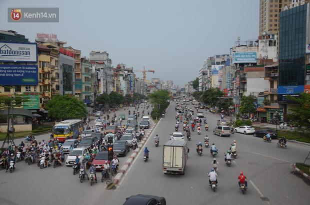 Chùm ảnh: Cột điện xiêu vẹo, rác thải ngổn ngang bốc mùi trên con đường nghìn tỷ Trường Chinh - Ảnh 1.