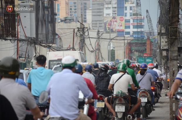 Chùm ảnh: Cột điện xiêu vẹo, rác thải ngổn ngang bốc mùi trên con đường nghìn tỷ Trường Chinh - Ảnh 4.