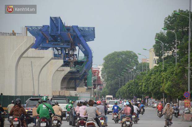 Chùm ảnh: Cột điện xiêu vẹo, rác thải ngổn ngang bốc mùi trên con đường nghìn tỷ Trường Chinh - Ảnh 2.