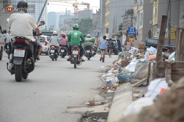 Chùm ảnh: Cột điện xiêu vẹo, rác thải ngổn ngang bốc mùi trên con đường nghìn tỷ Trường Chinh - Ảnh 5.