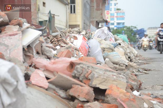 Chùm ảnh: Cột điện xiêu vẹo, rác thải ngổn ngang bốc mùi trên con đường nghìn tỷ Trường Chinh - Ảnh 6.