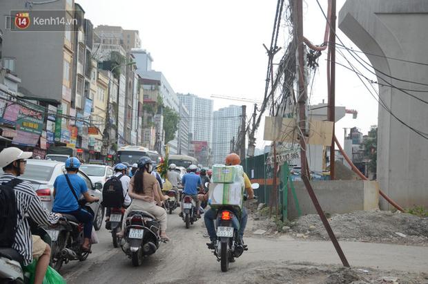 Chùm ảnh: Cột điện xiêu vẹo, rác thải ngổn ngang bốc mùi trên con đường nghìn tỷ Trường Chinh - Ảnh 13.
