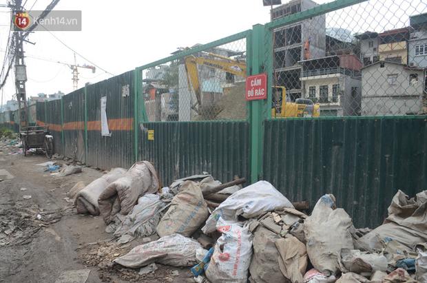 Chùm ảnh: Cột điện xiêu vẹo, rác thải ngổn ngang bốc mùi trên con đường nghìn tỷ Trường Chinh - Ảnh 10.