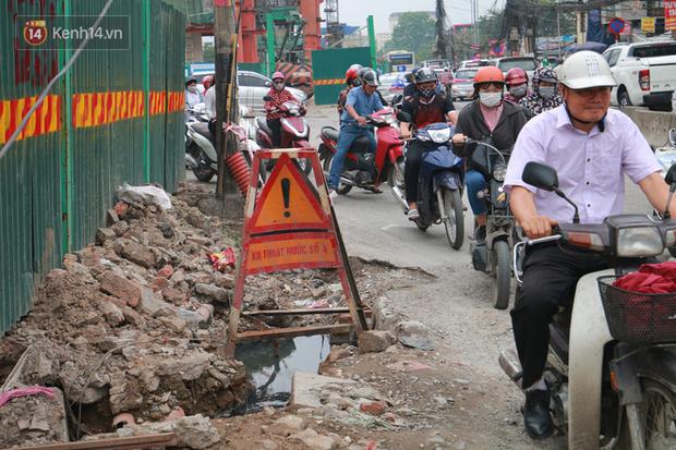 Chùm ảnh: Cột điện xiêu vẹo, rác thải ngổn ngang bốc mùi trên con đường nghìn tỷ Trường Chinh - Ảnh 12.