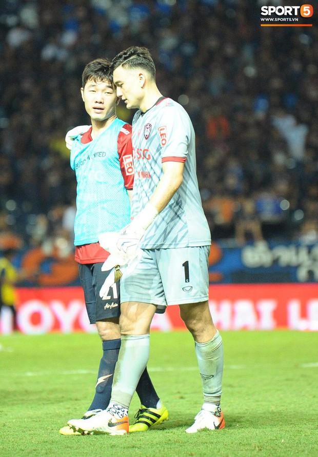 Xuân Trường, Văn Lâm ôm nhau đầy tình cảm sau trận đối đầu tại Thai League - Ảnh 2.
